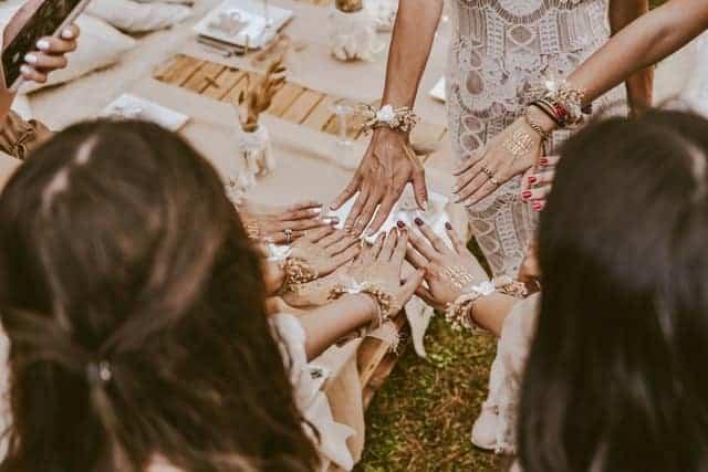 מסיבת רווקות - מחזיקות ידיים