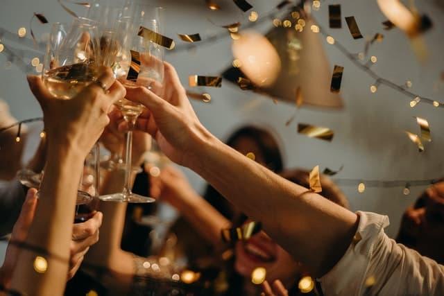 רווקות עושות לחיים במסיבת רווקות